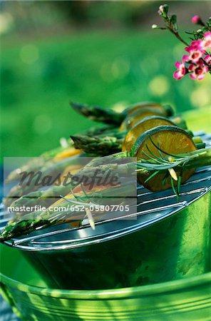 Brochettes asperges, citron et citron verts