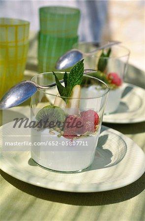 Blanc-manger avec framboises, kiwis et poire
