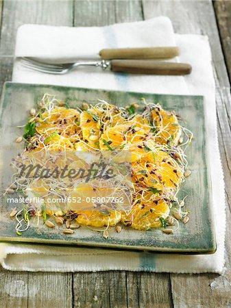 Salade de fruits mandarine avec chou rouge choux, de luzerne et de graines de tournesol