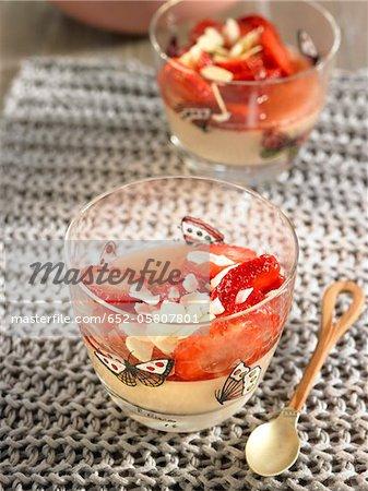 Panacotta aux fraises et aux amandes