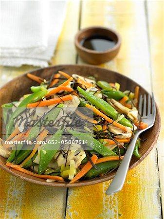 Gebratene Arame Algen mit Champignons, Möhren, Stangenbohnen und Lauch