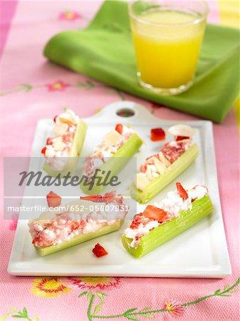 Tiges Celey remplis de fraises et de crème d'amande