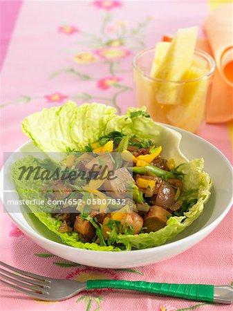 Saucisses de soja avec des haricots et poivrons jaunes