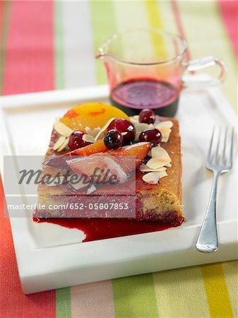 Teil der Pflaumen, Mandeln und Kirschen Torte mit Hibiskus-Sirup