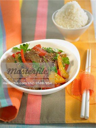 Seitans et poivrons cuits dans un wok