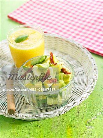 Avocat, pomme d'or et la salade de tomates séchées au soleil avec un verre de vegan