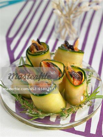 Rouleaux de courgettes farcis aux olives et aux tomates hachées