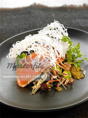Filets de rouget aux nouilles, champignons, fruits de la passion et d'algues