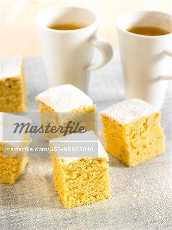 Thé et les cubes de gâteau