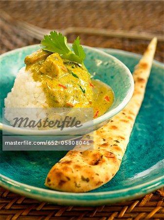 Hot chicken curry avec riz et graines de moutarde