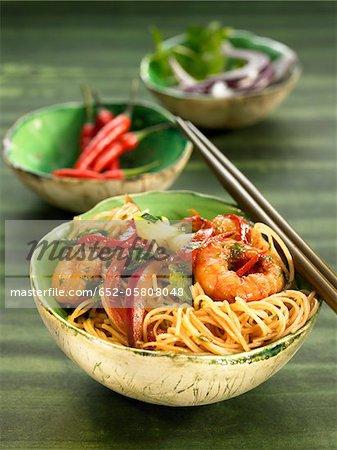 Vermicellis de riz aux gambas, oignons et poivrons