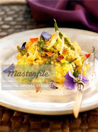 Risotto aux asperges, fleurs comestibles et menthe