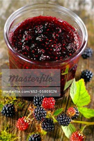 Pot de confiture de blackberry