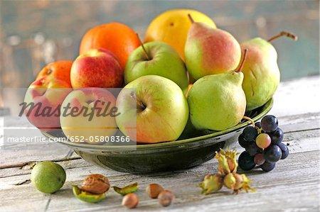 Bol de fruits et de noix fraîches