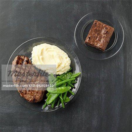 """Bifteck grillé avec légumes et pommes de terre pilées, potion de """"""""brownie"""""""""""