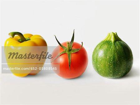 Gelbe Paprika, Tomate und Runde Zucchini in Folge