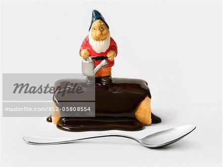 Schokolade einzelne Protokoll Weihnachtskuchen mit einer Figur Zwerg