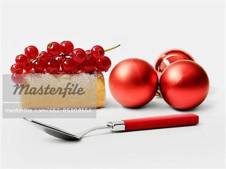 Groseille journaux individuels gâteau et rouge sapin boules de Noël