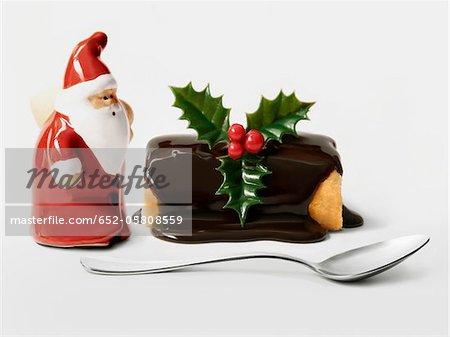 Gâteau de Noël chocolat journaux individuels avec une figurine de Santa Claus
