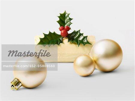 Gâteau de journaux individuels au chocolat blanc de Noël avec des boules de sapin de Noël blanc