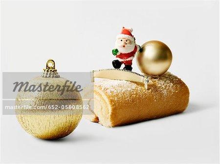 Gâteau de Noël journaux individuels avec la boule d'or arbre de Noël
