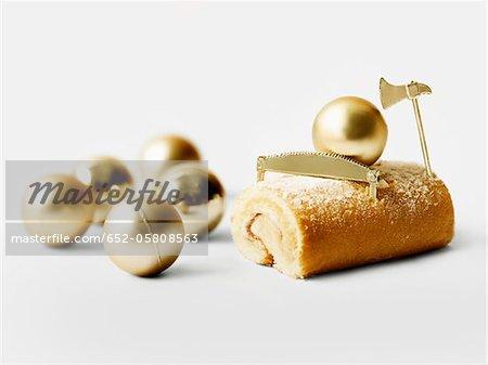 Gâteau de journaux individuels de Noël avec des boules d'or arbre de Noël