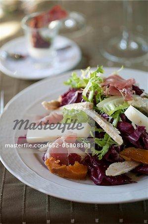 Trancher les poitrines de poulet, fromage, jambon cru et poutargue salade composée