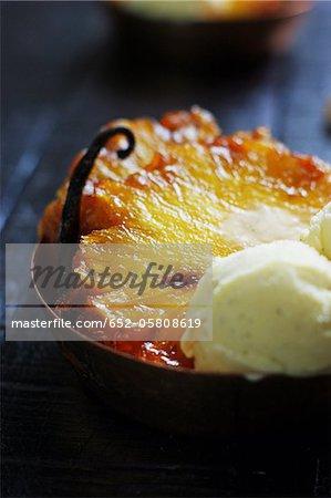 Gebratene Ananas Vanille-Geschmack, mit einer Kugel Eis