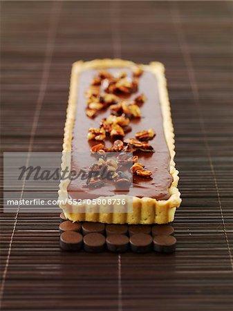 Cookie-Teig Schokolade Torte gekrönt mit karamellisierten Erdnüssen