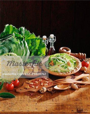 Chou, lardons, croûtons et salade de noix