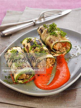 Courgette rouleaux fourré avec purée de riz et poivrons rouges