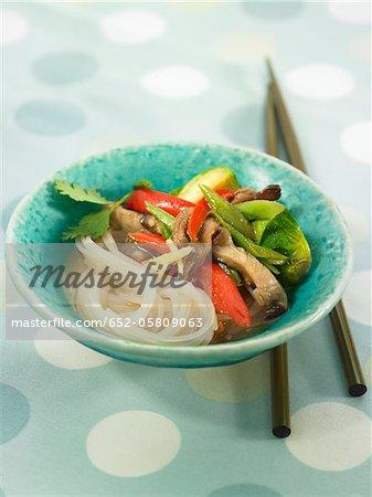 Vermicellis de riz avec des choux de Bruxelles, poivrons rouges et les shiitakes