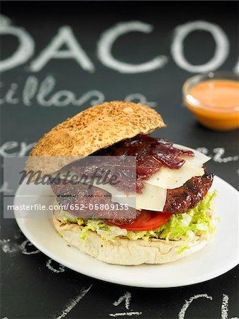 Hamburger avec fromage Manchego et compotés d'oignons