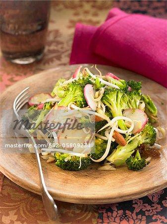 Poêlée de brocoli avec radis, pousses de soja et fruits secs