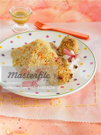 Pilons de poulet recouverts de cacahuètes écrasées, quinoa aux carottes, tomates et poireaux