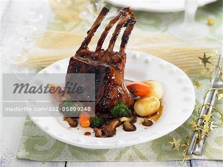 Côtelettes de chevreau caramélisé avec miel, carottes, brocoli et champignons