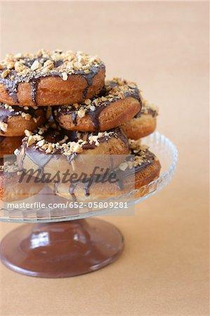 Donuts mit Schokolade und Pistazien beschichtet