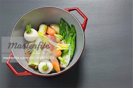 Assortiment de légumes cuits à la vapeur oraganic avec beurre