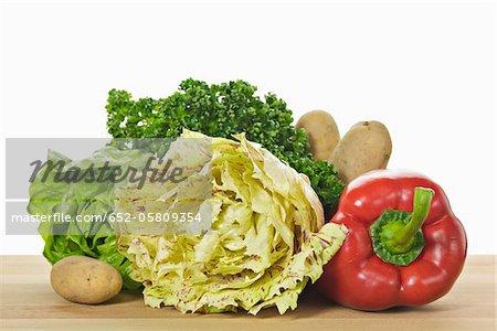 Légumes biologiques : laitue, poivrons, pommes de terre et persil