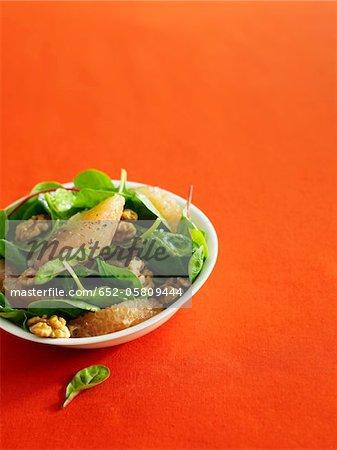 Salade d'épinards, de noix et de pamplemousse