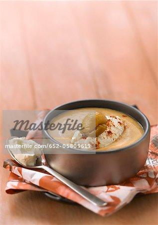 Potage crème de marron avec une quenelle de ricotta et paprika