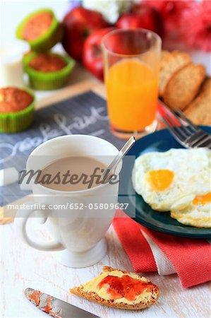 Chambres d'hôtes avec des œufs sur le plat, Krisprolls et muffins