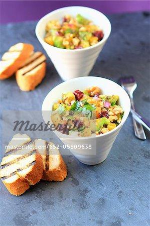 Salade d'avocat, mangue, betterave et noix
