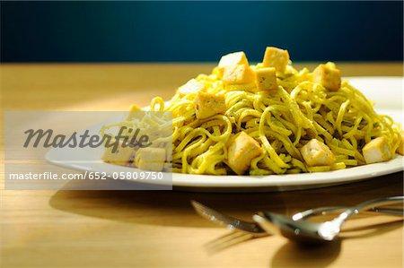 Nouilles saveur curry avec du tofu