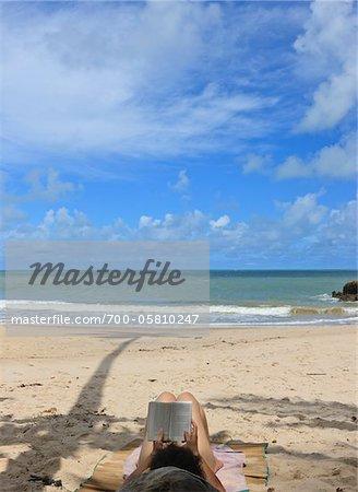 Lecture de la femme sur la plage Praia de Tabatinga, Paraiba, Brésil