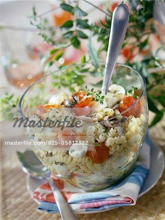 Pasta, Sardellen, Tomaten und Mozzarella Salat