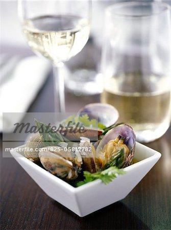 Nage de fruits de mer avec asperges tops et Muscadet