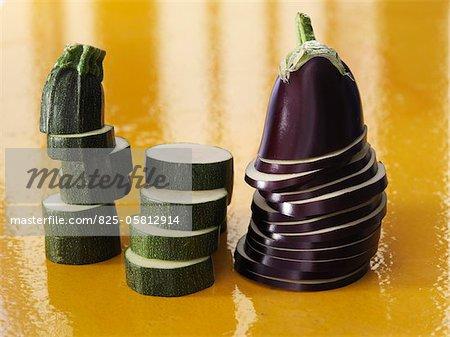 Aubergines et les courgettes coupées en tranches rondes