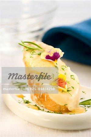 Emmental et moutarde sur une tranche de bouchées de pain