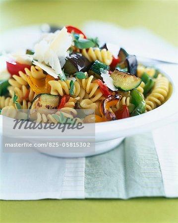 Fusillis aux légumes grillés, flocons de parmesan et basilic